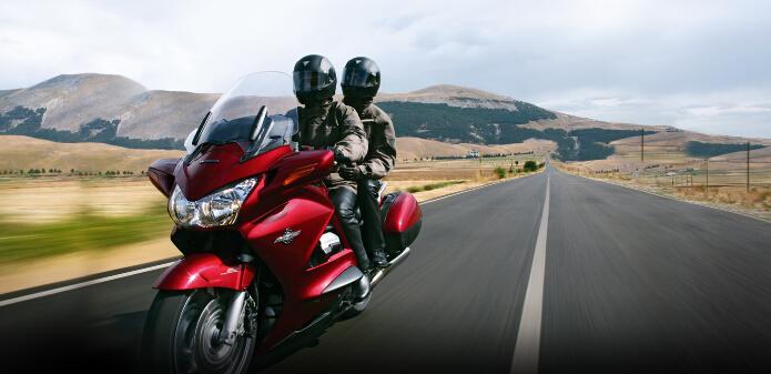 本田大贸st1300: 高度舒适旅行摩托车