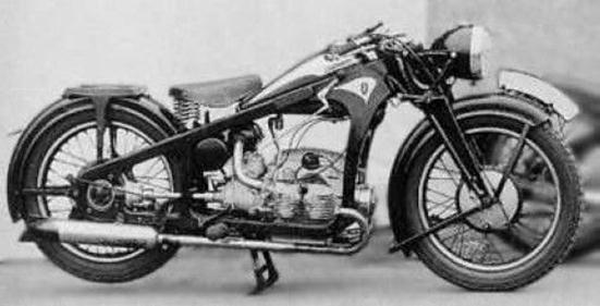 """迅达普K5OO摩托 该车零部件共838种,由于专业配套厂少,自己承制750种,自制率达90%。仅滚动轴承、制动片、链条、发电机、轮胎及电气仪表等为外购件。 经过4个多月的艰苦努力,于1951年7月8日胜利完成了第一批5辆摩托车的试制任务。 以""""井冈山""""命名新中国首辆摩托 1951年7月31日,中国人民解放军总司令朱德、代总参谋长聂荣臻到厂参观了新制成的摩托车。8月1日,全厂职工写信向中央军委、毛泽东主席和朱德总司令报喜。8月3日,在工厂礼堂召开了庆功大会,代总参谋长聂荣臻特派总政"""