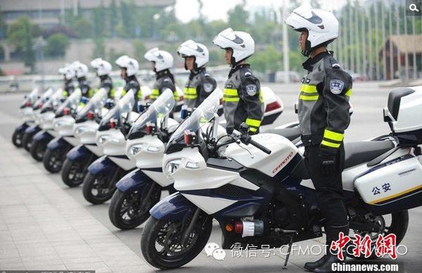 贵阳女骑警配备春风650TR警车亮相
