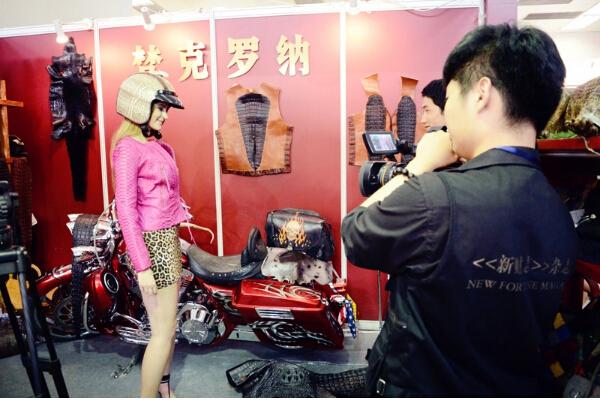 北京奢侈品展哈雷美女与蛇共舞