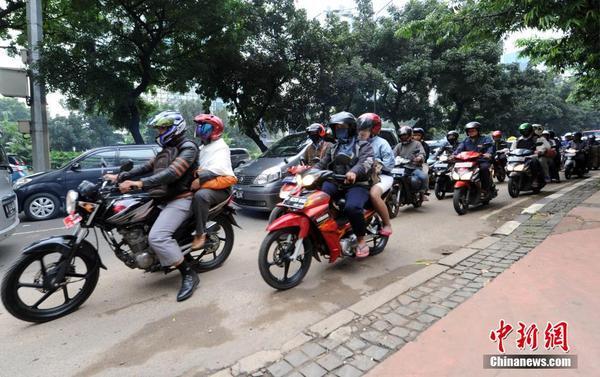 印尼雅加�_摩托�遍及大街小巷
