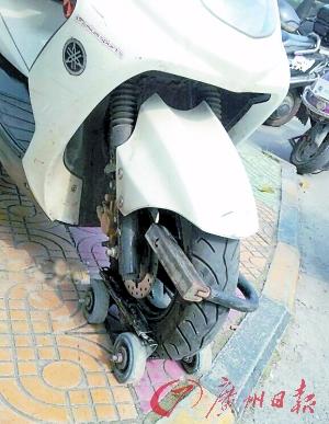 穿上旱冰鞋的摩托车。