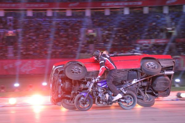 宁夏汽摩节开幕摩托车表演惊险刺激