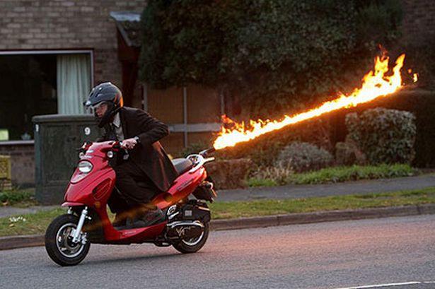英男子驾驶带喷射器摩托喷4.6米长火焰