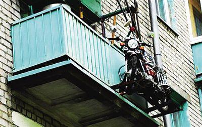 摩托车挂在阳台外俄男子出防盗新招
