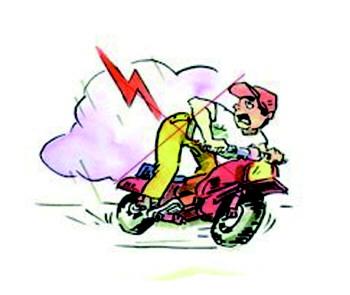 男子戴耳机听歌骑摩托车疾驰被电击