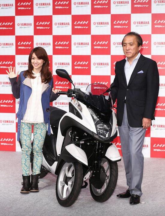 日本厂商推出新型三轮摩托2个前轮增添驾驶稳定性