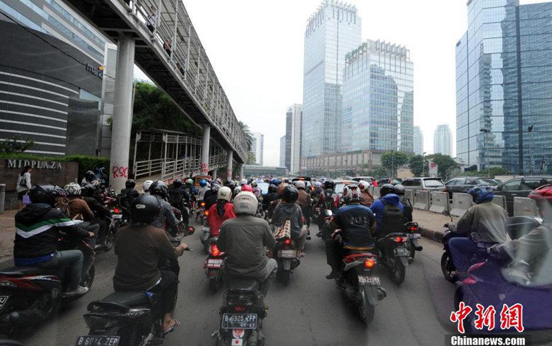 印尼的盛夏摩托车流