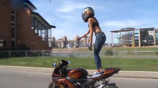 帅呆了!比基尼辣妈疯狂摩托车特技