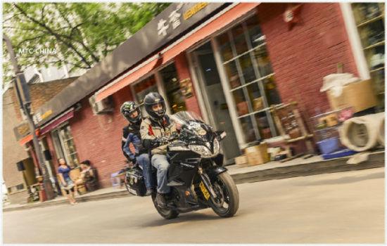 老外情侣骑摩托环游中国,创世界纪录!