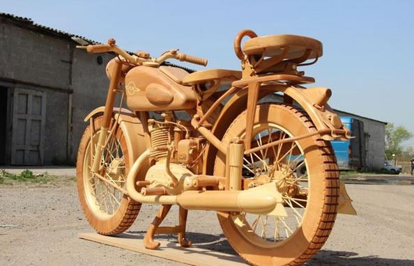 猛男巧手打造全木制摩托车