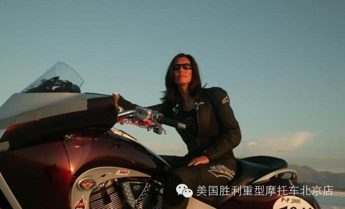 掌握每个重要弯道女摩托车手LauraKlock