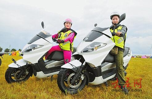 男子17岁时爱上摩托车23年后带上妻儿一起旅行