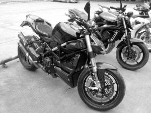 酷炫豪华不合法90余辆摩托被暂扣