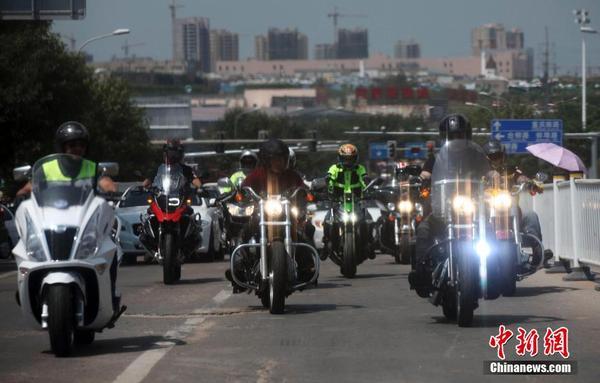 50辆摩托巡游青岛彰显自由个性十足