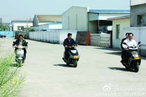 江苏仪征市委书记骑摩托车下乡网友:没戴头盔违章了
