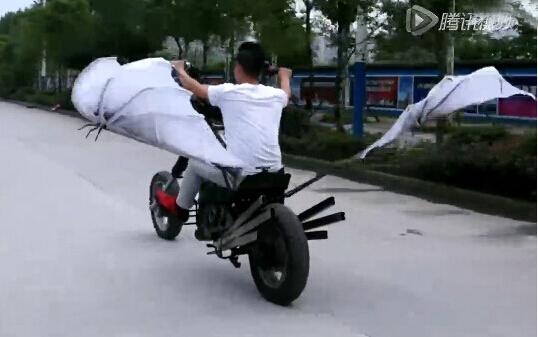 摩友创意改装长翅膀的摩托车