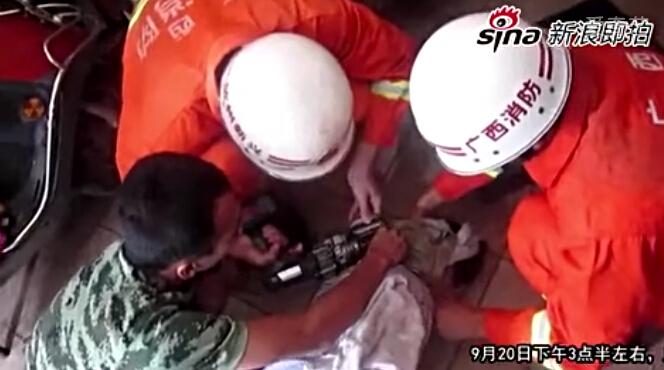 男子酒后遭损友车锁套脖消防拆解营救