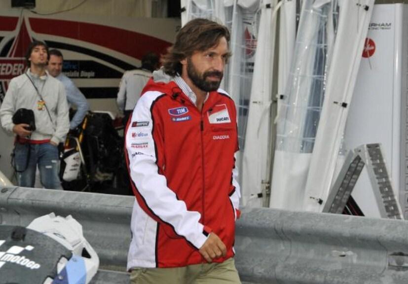 皮尔洛参观摩托GP车队赛车服显帅气