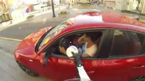 俄罗斯:女子街头骑摩托惩罚乱丢垃圾者