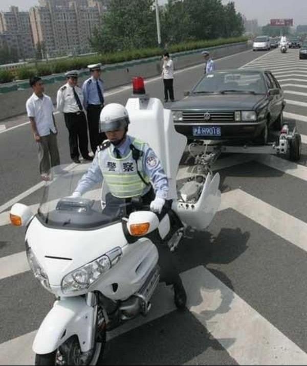 上海交警装备新型摩托车载拖车装置外形酷炫
