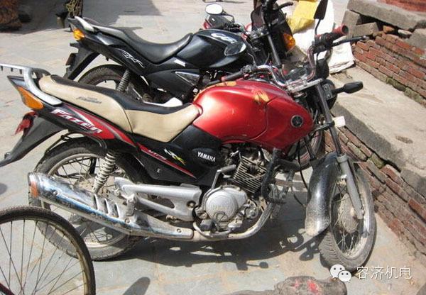 尼泊��,摩托�是高�n的交通工具