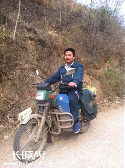 """邮递员骑摩托车在追梦路上""""投递""""正能量"""