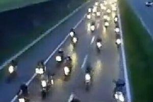 欧洲杯 数万球迷驾驶摩托跟随球队大巴