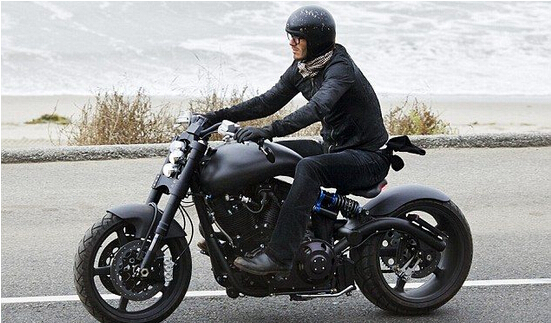 贝克汉姆骑重型复古摩托车不慎翻车