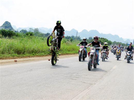 1500余名摩托车手穿行在龙州山水间
