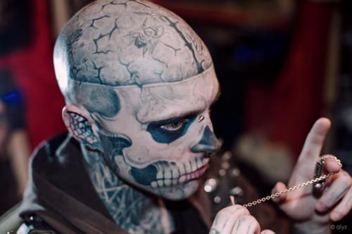 """摩托车""""僵尸男""""的夸张纹身"""