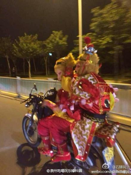 真假美猴王骑摩托现身泉州晋江