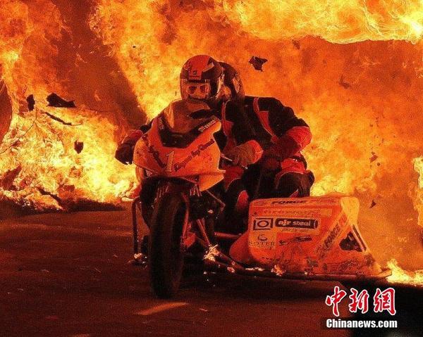 两勇士骑摩托穿越百米火道创吉尼斯新纪录