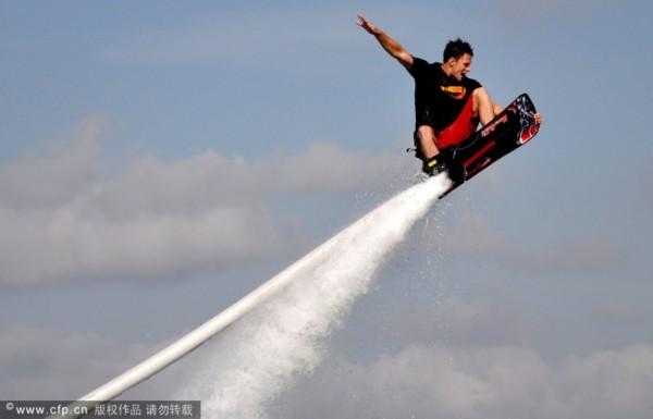 水上摩托艇�一�板�w�空中�w舞快感