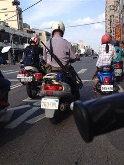台湾警察背长枪骑摩托车上街