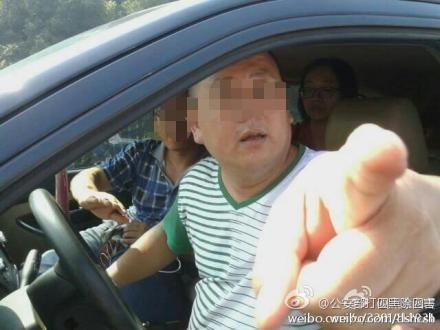 男子自称政协委员违停斥交警:你脱了警服不如我