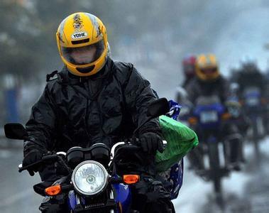 骑摩托车时如何正确的戴头盔