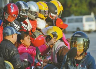 """售摩托配头盔成都还没""""习惯"""""""