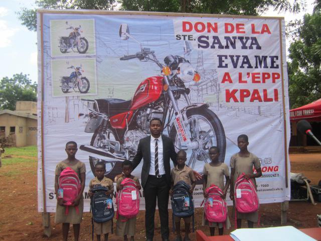 爱心传非洲三雅向西非学校捐赠助学物资