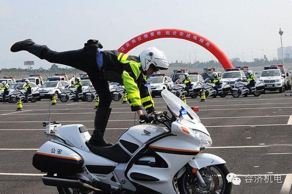 摩托车骑警与众不同的骑车风采