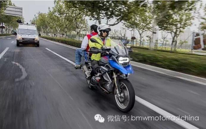 领跑未来宝马R1200GS劲跑上海国际马拉松