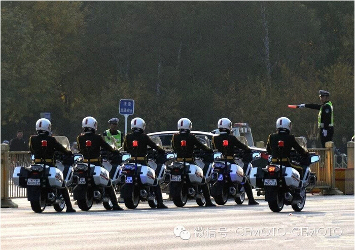 国宾摩托车队帅气规整飞驰