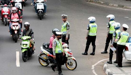 雅加达整治交通违规两周开8万张罚单