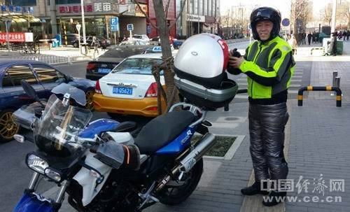 李稻葵STYLE:冒风骑摩托往返36公里来开会