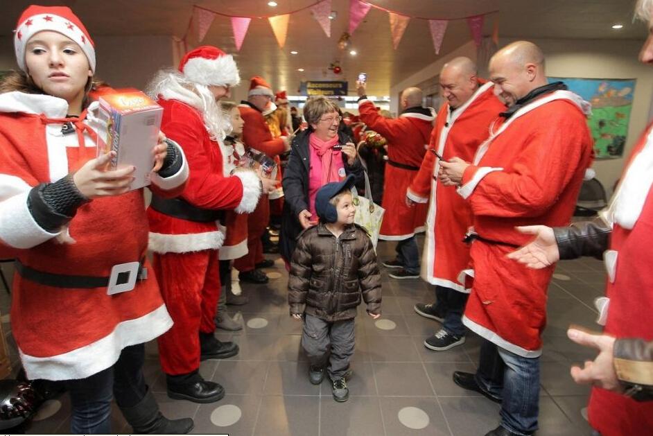 法国数百名圣诞老人骑摩托车分发礼物