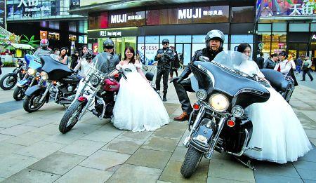 6℃低温婚纱美女乘摩托去兜风