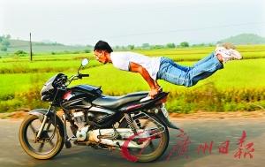 印男子��_摩托��做瑜伽