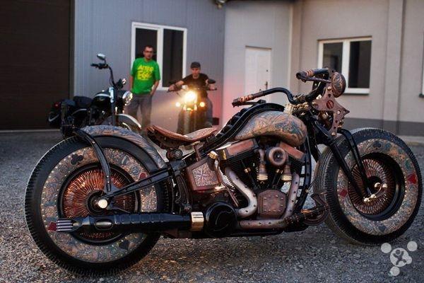 帅到没朋友!满身真刺青的超炫摩托车