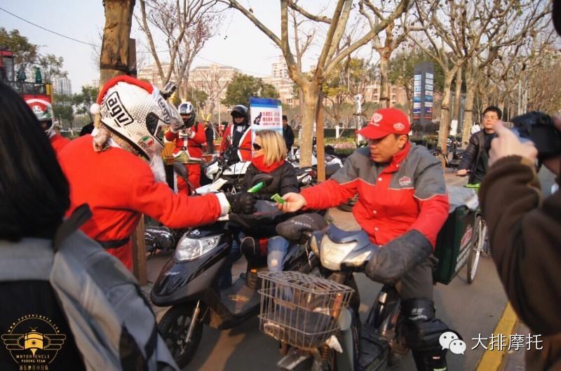 上海圣诞老人骑士车队献爱心