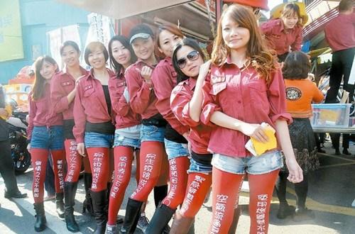 台湾防火宣传吸睛邀摩托车帅哥辣妹造势